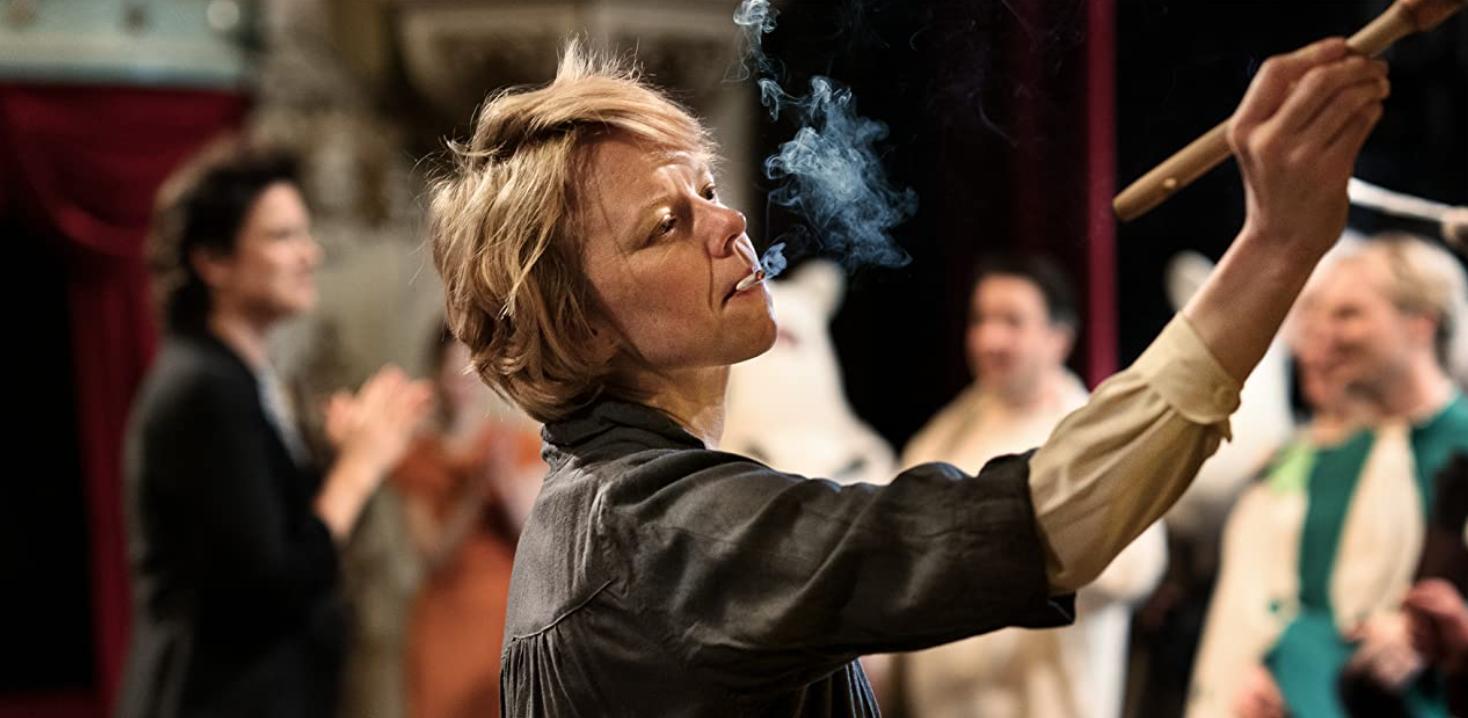 Tove Jansson står och målar med en cigarett i munnen