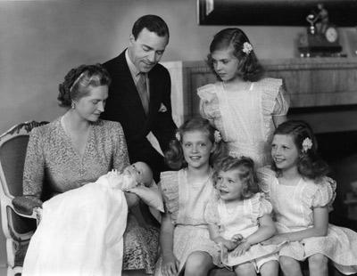 Sibylla med Prins Gustaf Adolf och alla barnen; nuvarande kung Carl XVI Gustaf i knäet.
