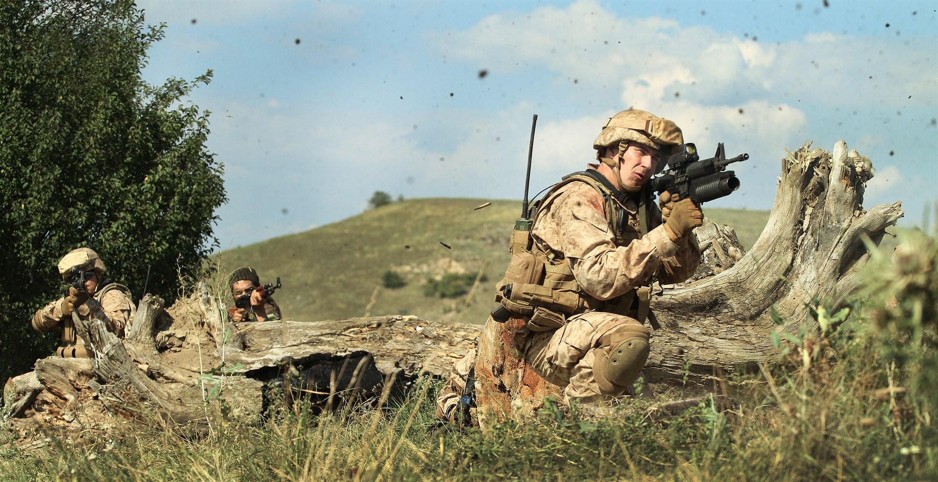 Män i full militärmundering redo för strid