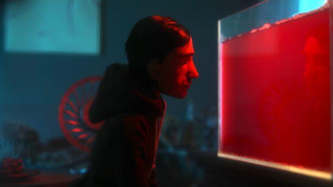 Mannen i kortfilmen The Expected inspekterar det röda vattnet i sitt akvarium