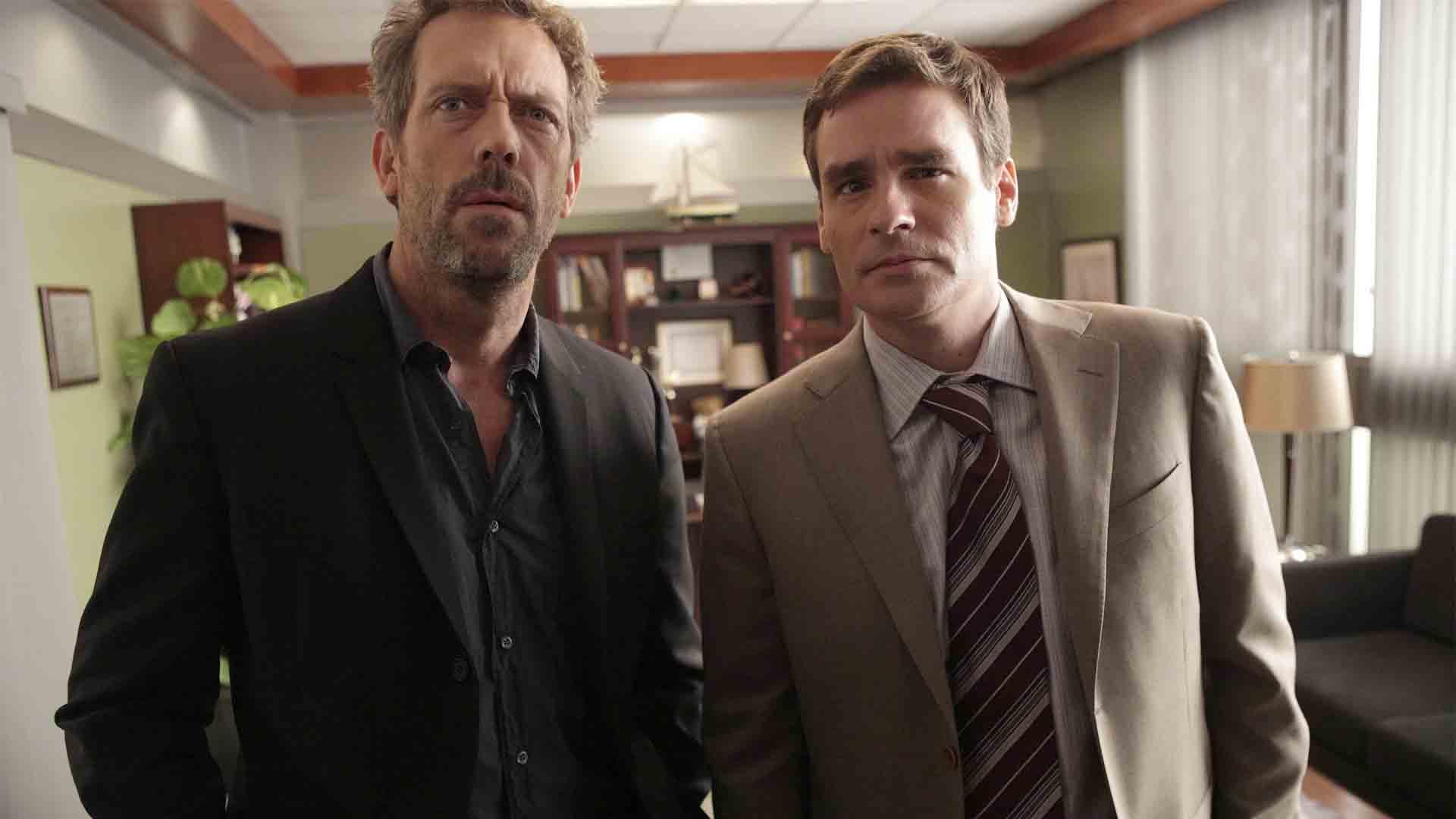 Gregoru House (Hugh Laurie) och James Wilson (Robert Sean Leonard) är nästan lika ikoniska som Homes och Watson. Foto: Viaplay.