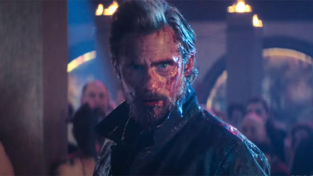 Ranfall Flagg (Alexander Skarsgård) känns avslagen till och med när han har blod över hela ansiktet. Foto: HBO Nordic.