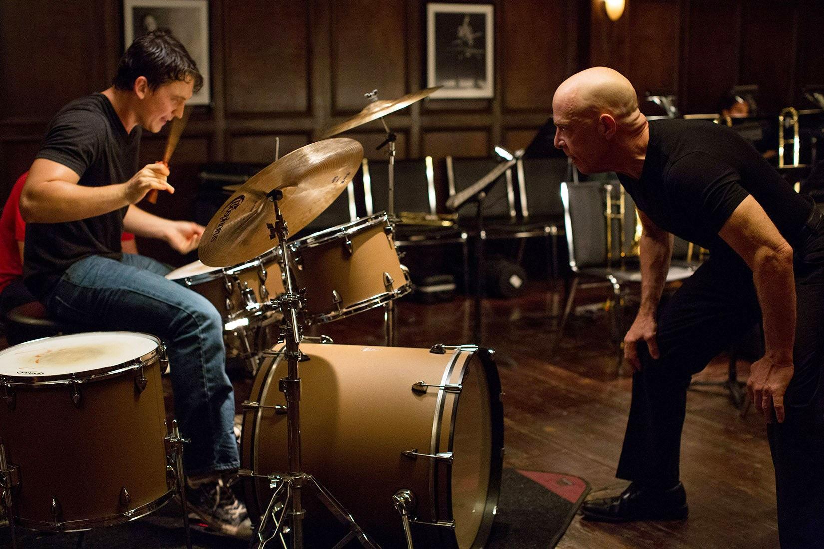 Teller spelar trummor för läraren spelad av Simmons