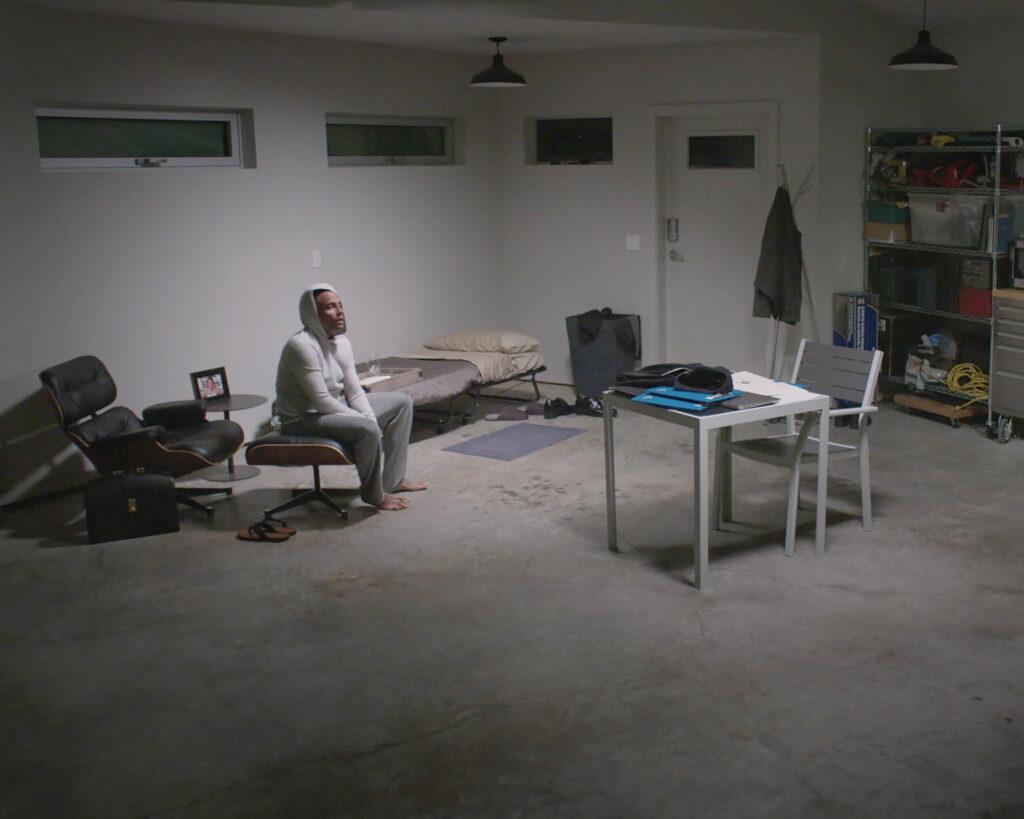 Efter en hård dag på jobbet återvänder Dr. Marcus Andrews (Hill Harper) hem, där han måste hållas isolerad i garaget, vilket många säkert kan relatera till. Foto: Viaplay.