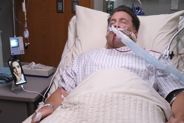 En patient (Lochlyn Munro) ligger i respirator. David Shore har en bra poäng; detta hade varit jobbigt att se varje vecka under hel säsong. Foto: Viaplay.