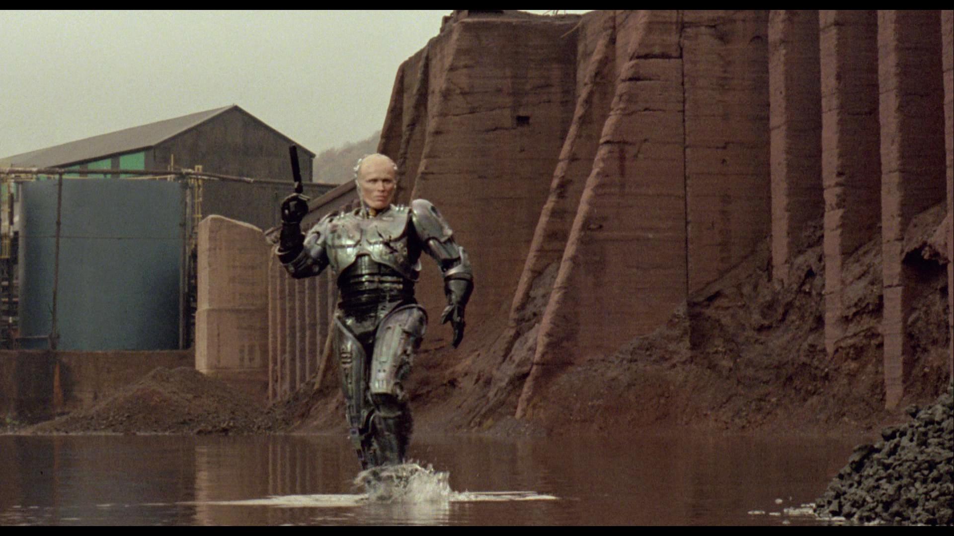 Egentligen går ju Murphy/Robocop (Peter Weller) i en pöl och inte PÅ vattnet. Men det räknas ändå. Foto: Orion Pictures.