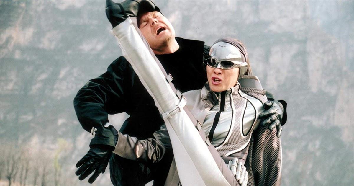 Hjältinnan Silver Hawk sparkar skurk i huvudet