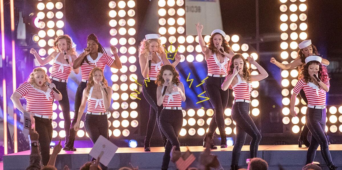 Ett gäng damer tävlar i acapella på en scen