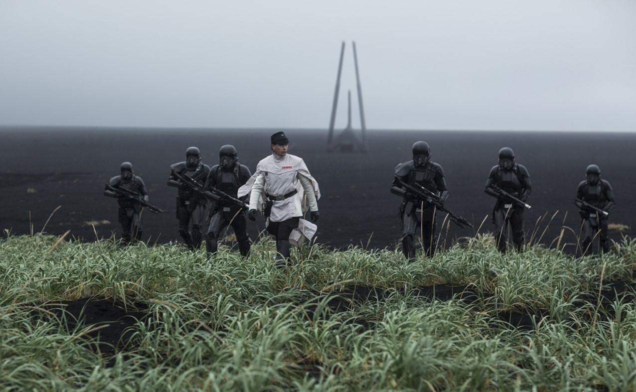 Likt Gestapo, söker Krennic och hans soldater upp folk i sina hem. Foto: Disney Studios Motion Pictures.