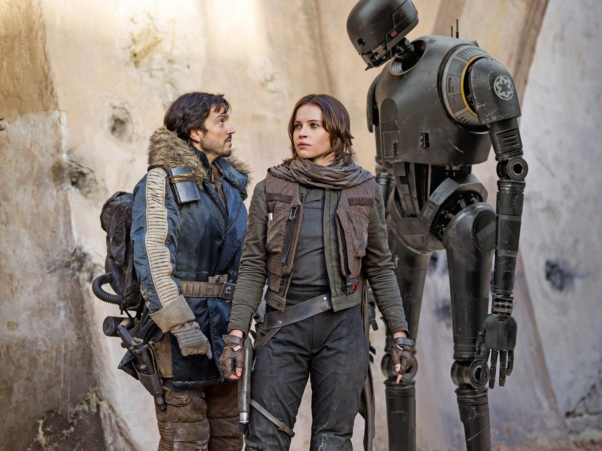Cassian Andor (Diego Luna), Jyn Erso (Felicity Jones) och K-2SO. Foto: Disney Studios Motion Pictures.