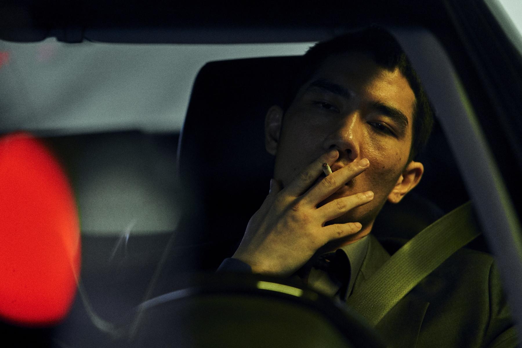 Man röker i bil.