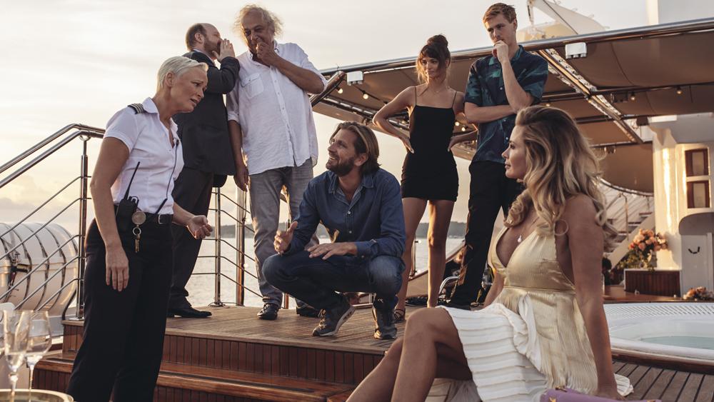 Ruben Östlund regisserar på plats.