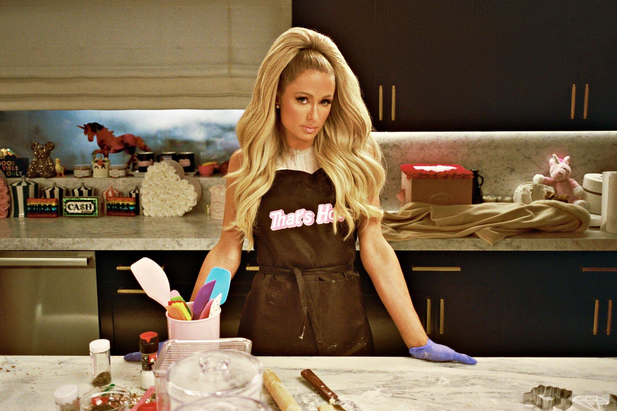 Paris Hilton bjuder över kändisar för att laga mat. Det går sådär.