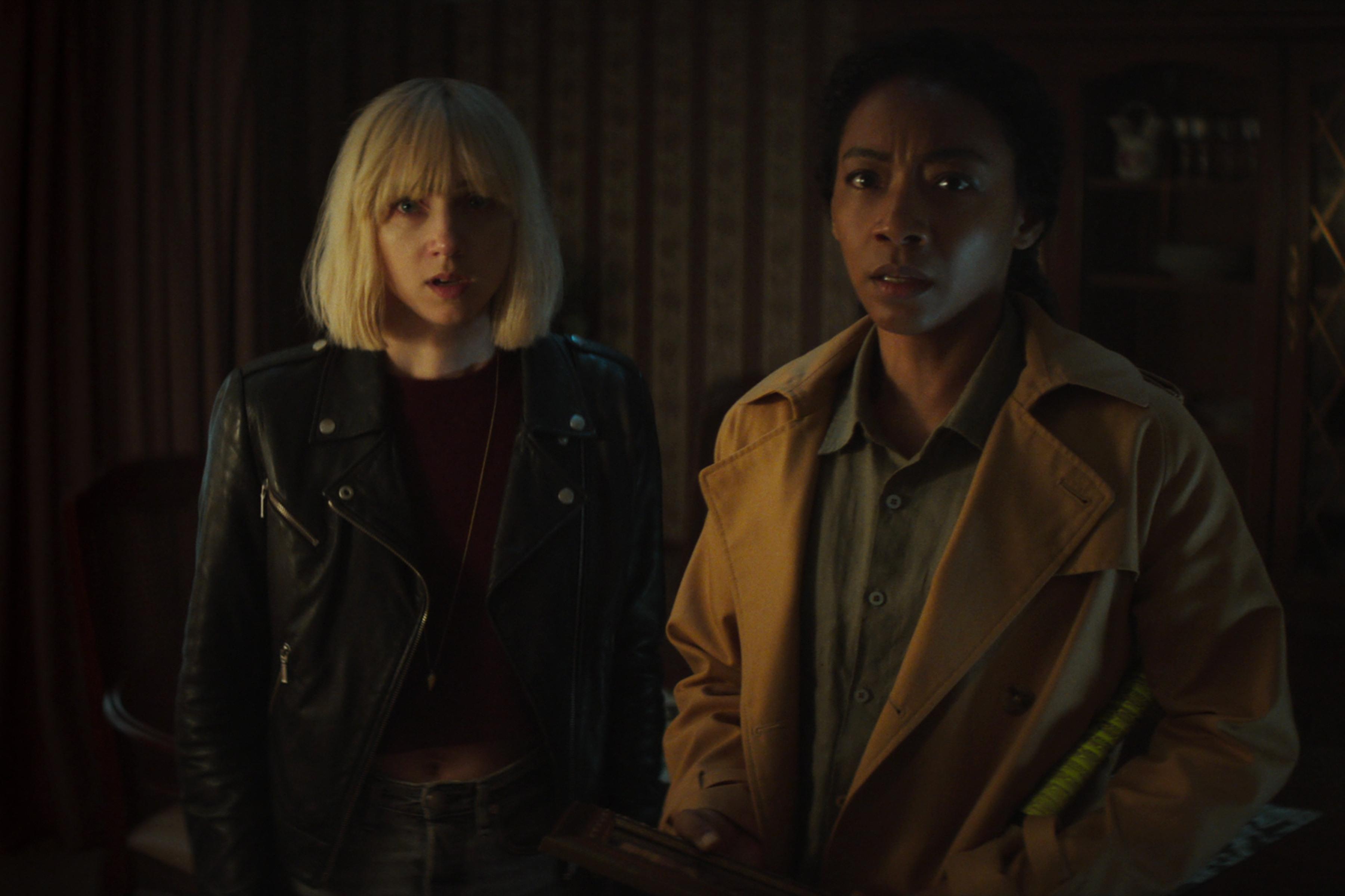 """Zoe Kazan och Betty Gabriel i """"Clickbait"""". Foto: Netflix."""