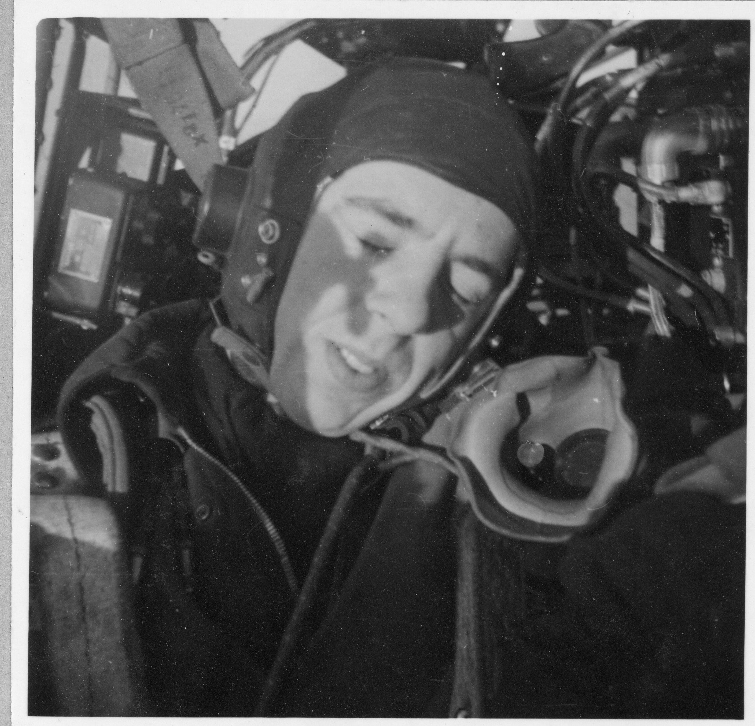 Anders Rogberg var tidig med att ta selfies. Här ser vi honom i cockpiten. Foto: Lighray Productions.