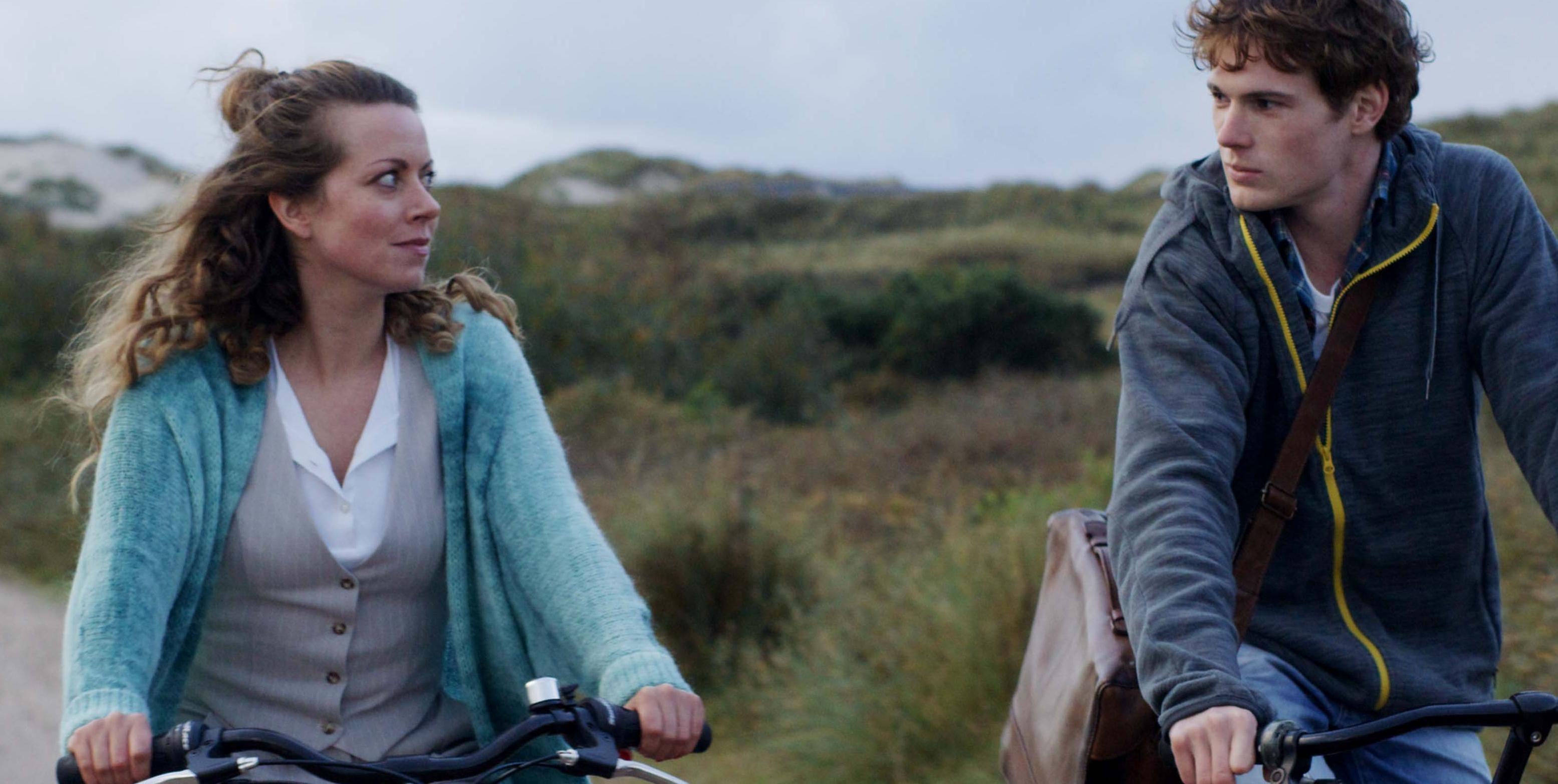 """Alice Dwyer och Philip Froissant i """"Den svarta ön"""". Foto: Netflix."""