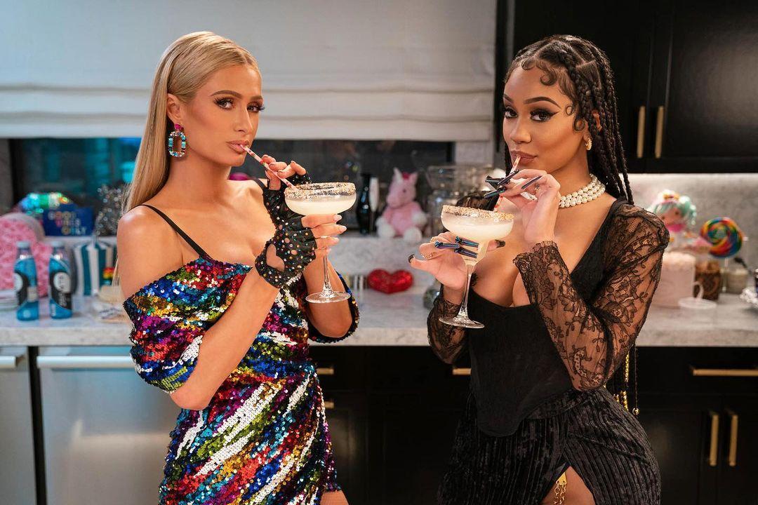 Paris Hilton med vännen Saweetie i köket.