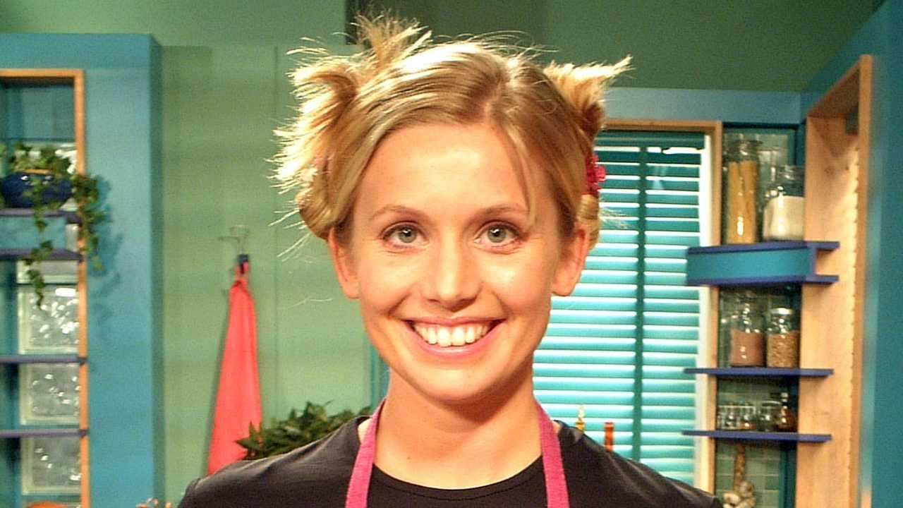 Tina Nordström lagar mat i ett av våra bästa tips på matprogram att streama.