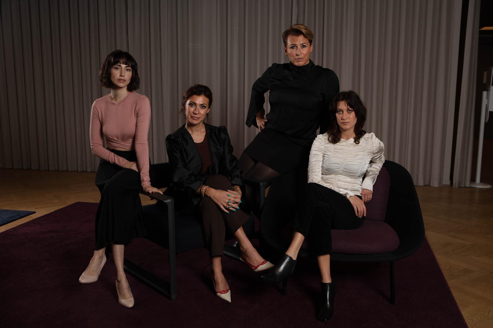 """Dilan Gwyn och Julia Ragnarsson har huvudrollerna i """"Två systrar"""" som bygger på Hannah Widells och Amanda Schulmans böcker. Foto: Viaplay."""