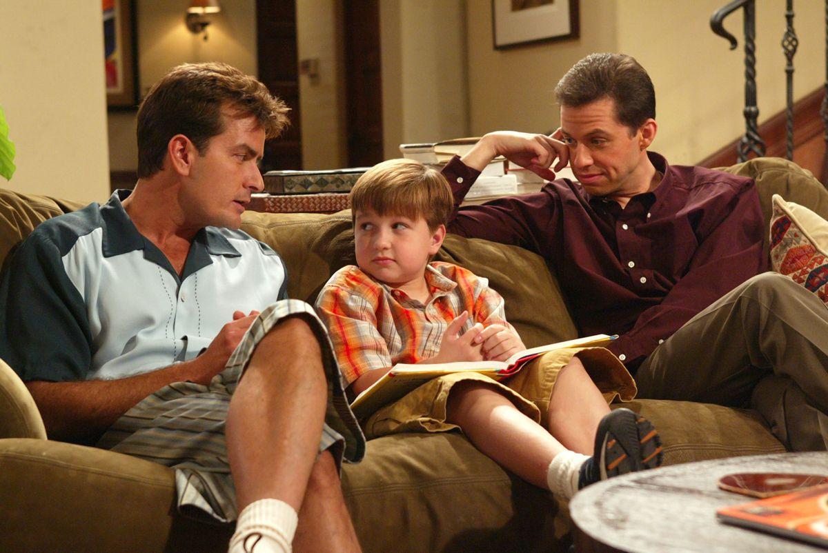 """Sitcom-klassikern """"Two and a Half Men"""" finns snart att se på Viaplay. Foto:"""