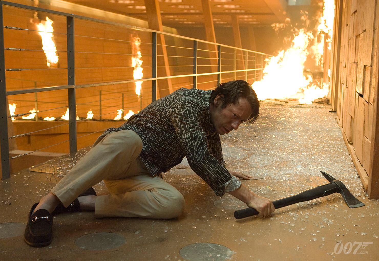 Mathieu Amalric gör sitt bästa, men det är inte lätt med en så underutvecklad karaktär. Foto: Sony Pictures Releasing.