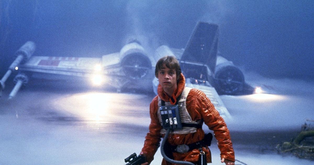 """Rebellen Luke Skywalker framför sitt X-Wing-skepp i """"Rymdimperiet slår tillbaka""""."""